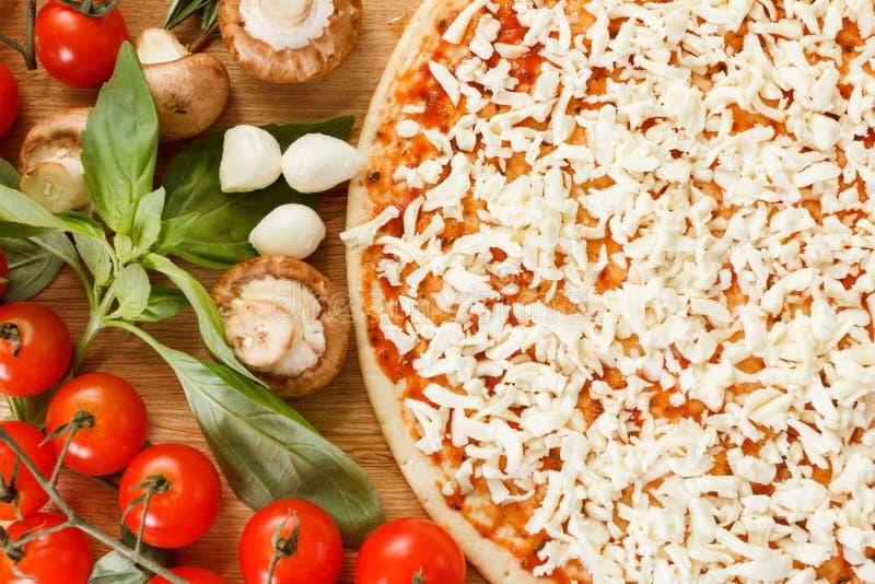 Ingredientes de alimento para a pizza no fim da tabela acima imagens de stock