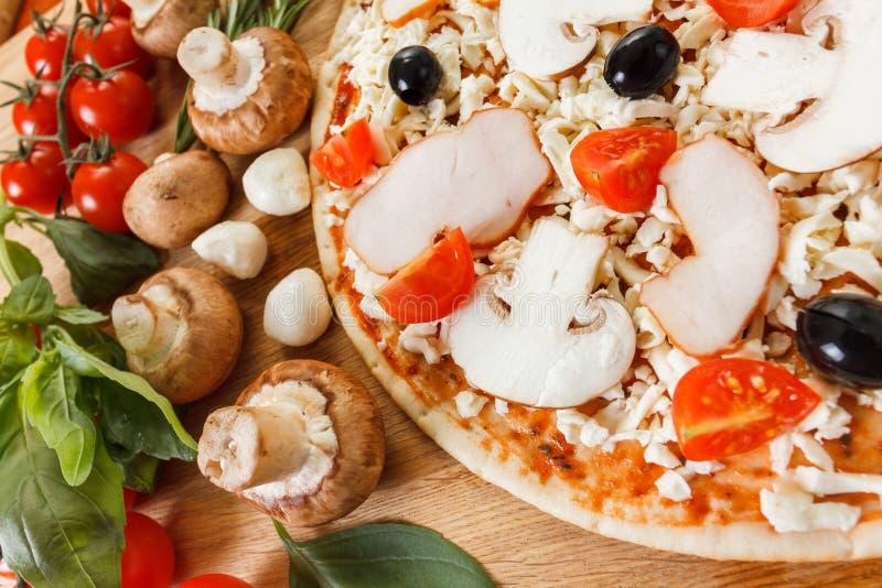 Download Ingredientes De Alimento Para A Pizza No Fim Da Tabela Acima Imagem de Stock - Imagem de folha, basil: 65575925