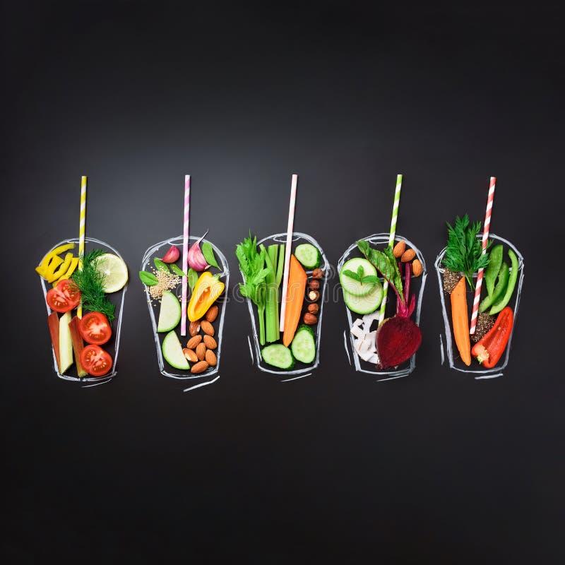 Ingredientes de alimento, vegetais orgânicos para o batido de mistura ou suco no vidro pintado sobre o quadro preto Vista superio fotos de stock