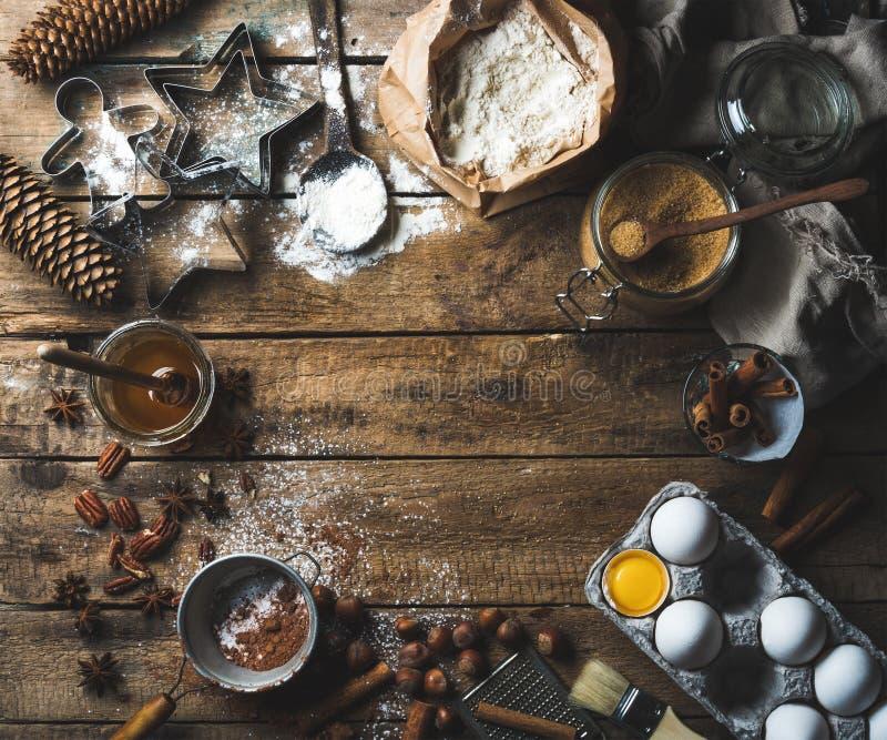 Ingredientes de cocinar y que cuecen del día de fiesta de la Navidad en fondo de madera imagenes de archivo