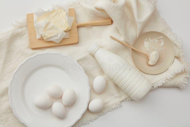 Ingredientes de cozimento do bolo imagens de stock
