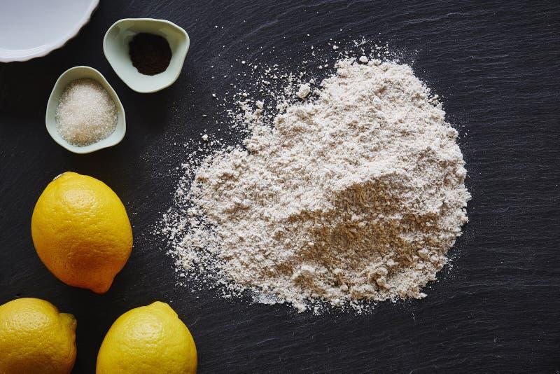 Ingredientes de cozimento de uma torta do limão na tabela escura imagens de stock
