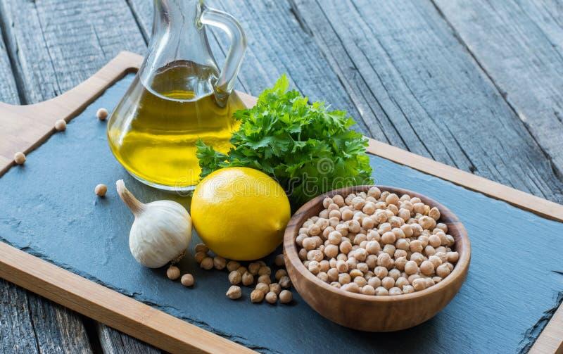 Ingredientes de Hummus en la tabla de cocina foto de archivo libre de regalías