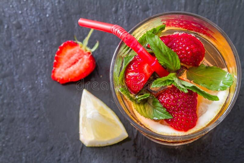 Ingredientes de la limonada de la fresa con la menta fondo de piedra oscuro imagen de archivo - Fresas para piedra ...