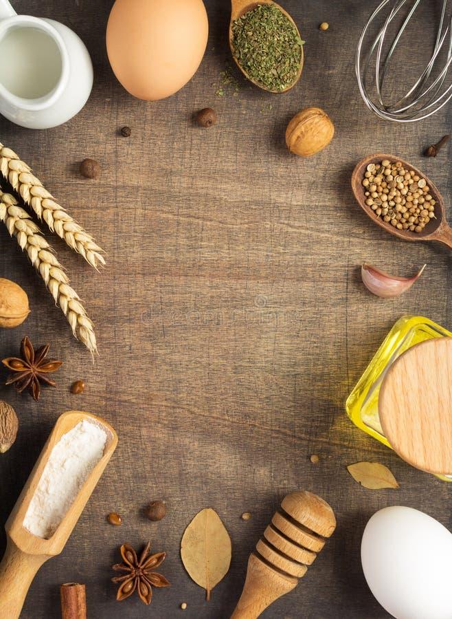 Ingredientes de la panadería en fondo de madera fotos de archivo libres de regalías