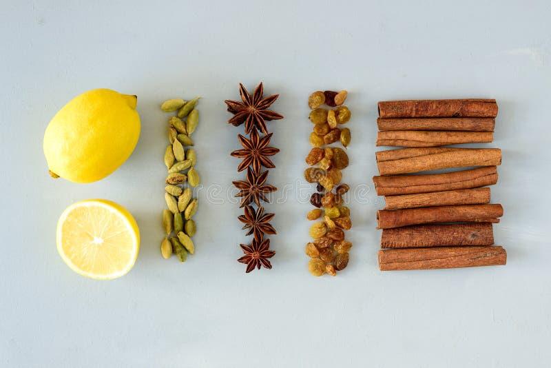 Ingredientes de la receta del vino reflexionado sobre en la tabla de madera gris Bebida que se calienta de la Navidad o del invie fotos de archivo libres de regalías