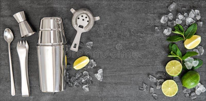 Ingredientes de los accesorios de la barra para la bebida del cóctel del alcohol imagen de archivo libre de regalías