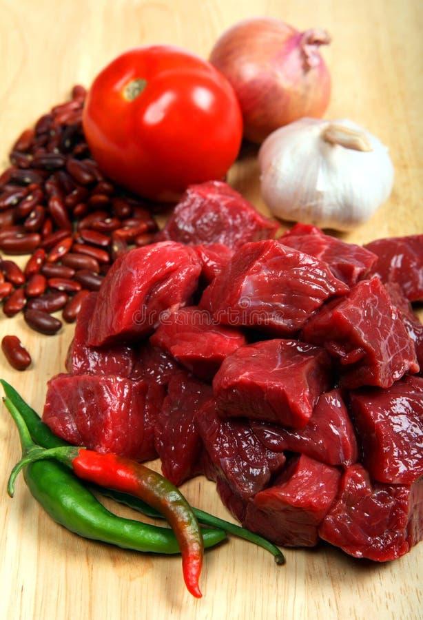 Ingredientes de los chiles de la carne de vaca verticales fotos de archivo libres de regalías