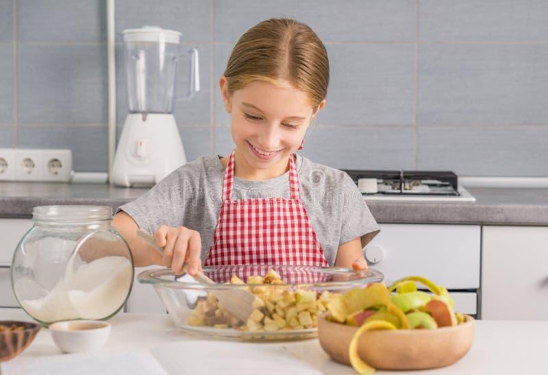 Ingredientes de mezcla de la niña alegre para el relleno del milhojas imagenes de archivo