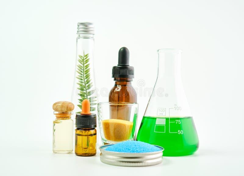 Ingredientes de productos para el cuidado de la piel el vidrio, paquete en blanco de la etiqueta para la maqueta en el fondo blan imagen de archivo libre de regalías