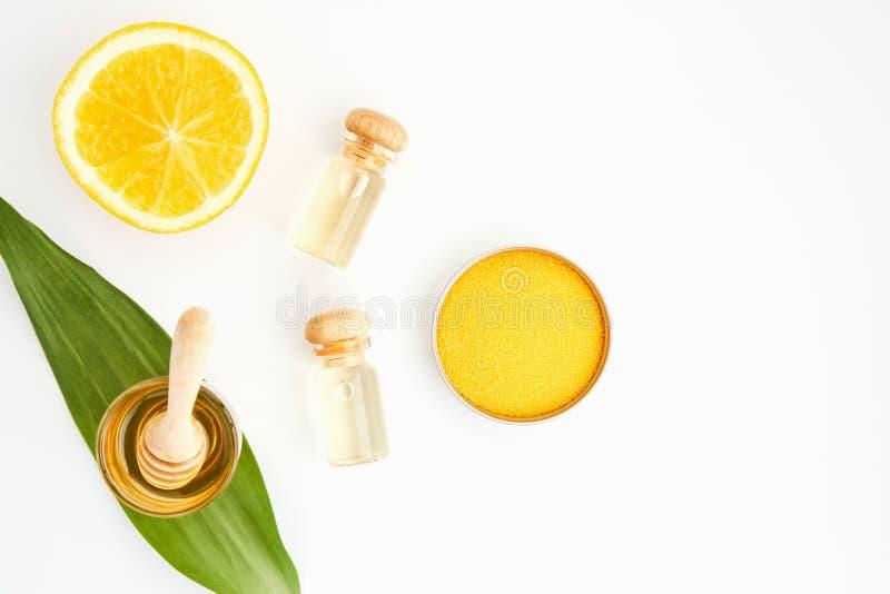 Ingredientes de produtos dos cuidados com a pele E mel no vidro, no pacote vazio da etiqueta para o modelo no fundo branco e nas  imagens de stock royalty free