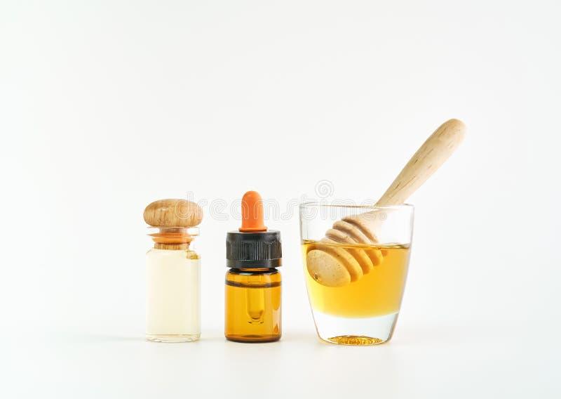 Ingredientes de produtos dos cuidados com a pele o vidro, pacote vazio da etiqueta para o modelo no fundo branco imagem de stock royalty free