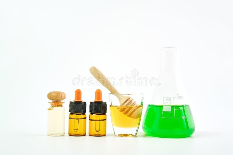 Ingredientes de produtos dos cuidados com a pele o vidro, pacote vazio da etiqueta para o modelo no fundo branco O conceito do PR foto de stock