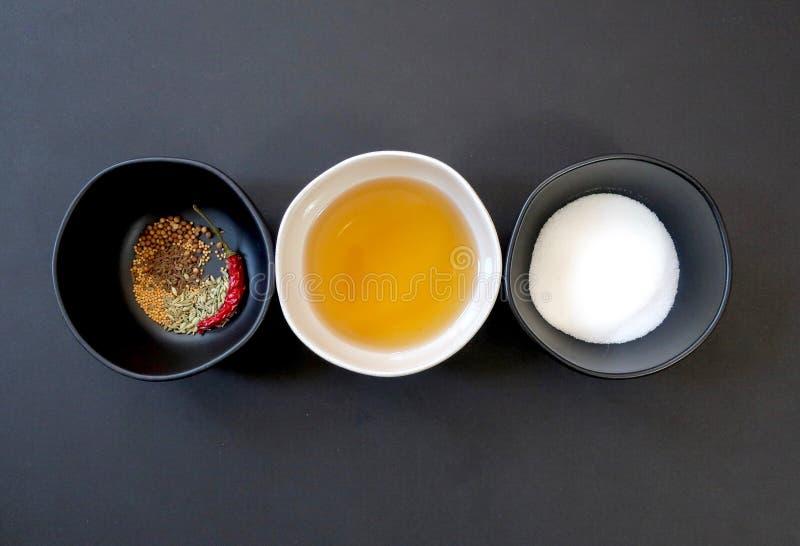 Ingredientes del adobo: especias, vino de arroz de shaoxing, y azúcar secados en tres cuencos foto de archivo libre de regalías