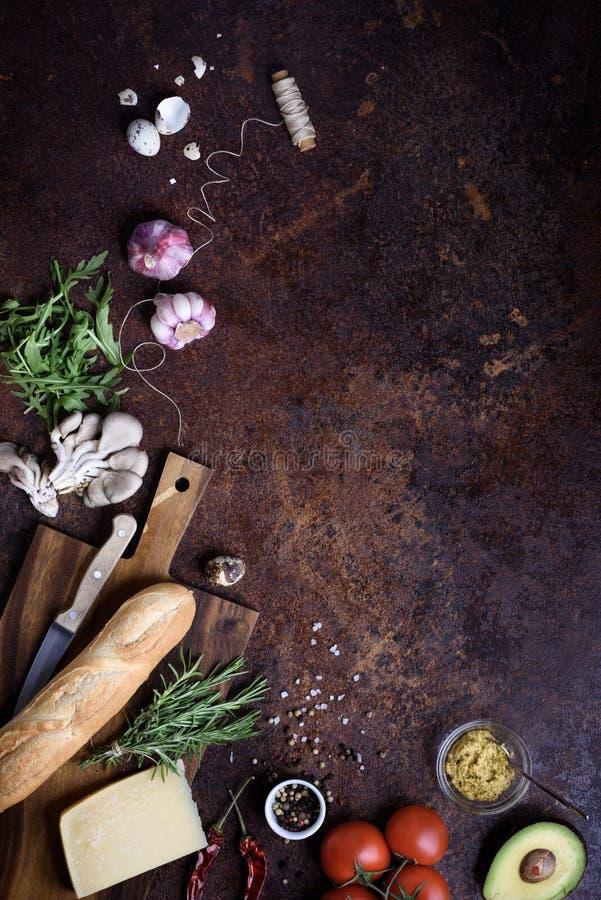 Ingredientes del bocadillo del Baguette - queso, huevo, tomates, mostaza en el tablero de madera Visión superior, espacio de la c imágenes de archivo libres de regalías