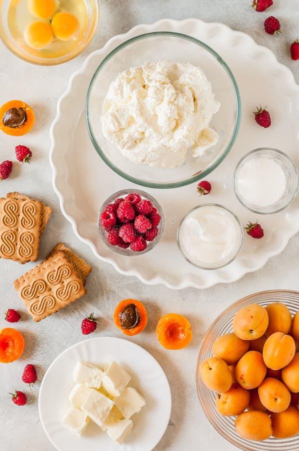 Ingredientes del pastel de queso del albaricoque y de la frambuesa imágenes de archivo libres de regalías