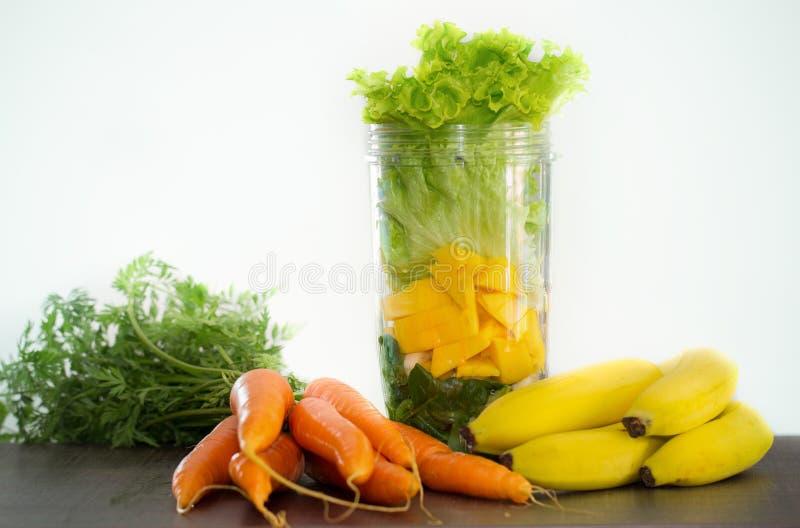 Ingredientes del smoothie del mango y del plátano de la zanahoria fotografía de archivo libre de regalías