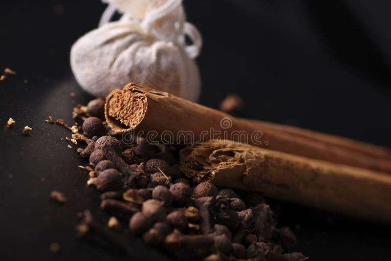 Download Ingredientes Del Vino Y Bolsos Reflexionados Sobre Del Calicó. Imagen de archivo - Imagen de clavo, ingredientes: 7284665