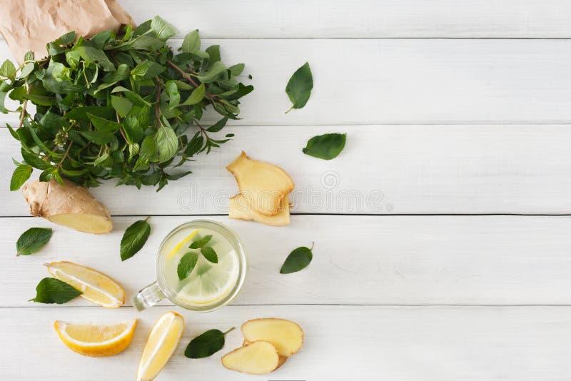 Ingredientes do batido da limonada da desintoxicação no fundo de madeira branco, vista superior foto de stock