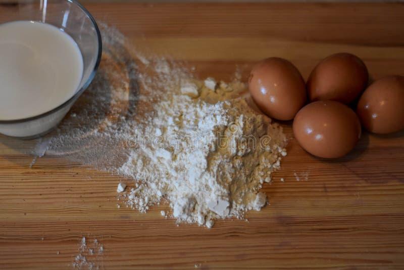 Ingredientes do cozimento na opinião superior de tabela da cozinha fotos de stock