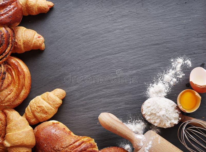 Ingredientes do cozimento: ovo e farinha imagem de stock