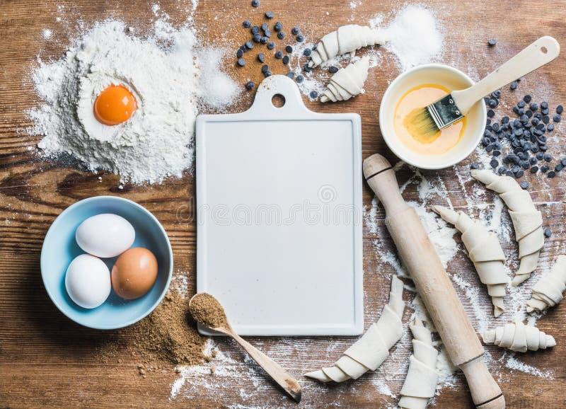 Ingredientes do cozimento para cozinhar croissant com placa branca no centro imagem de stock