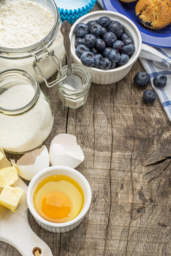 Ingredientes do cozimento para o mirtilo dos queques fotografia de stock