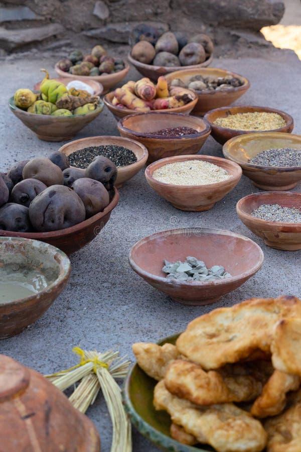Ingredientes do cozimento tradicional em uns potenciômetros de argila foto de stock