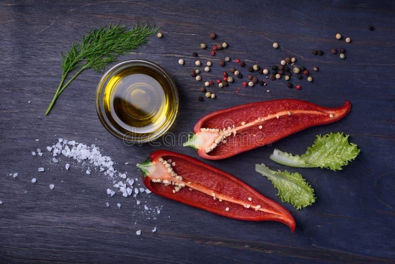 Ingredientes do tempero da salada: especiarias, mistura da pimenta, pimenta de pimentão, alho, aneto, sal, ervas Vista superior n imagens de stock royalty free