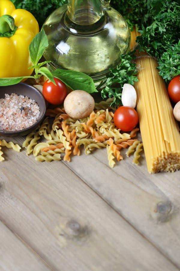 Ingredientes dos espaguetes no fundo de madeira, italiano do alimento imagem de stock royalty free