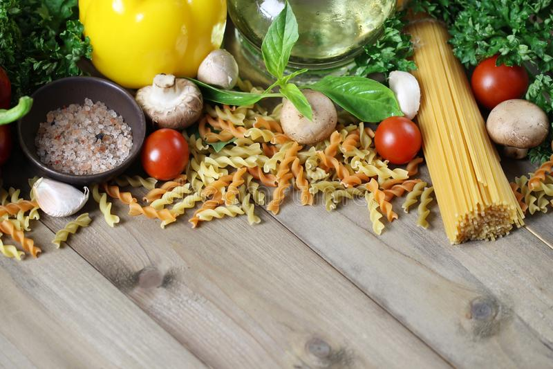 Ingredientes dos espaguetes no fundo de madeira, italiano do alimento imagens de stock