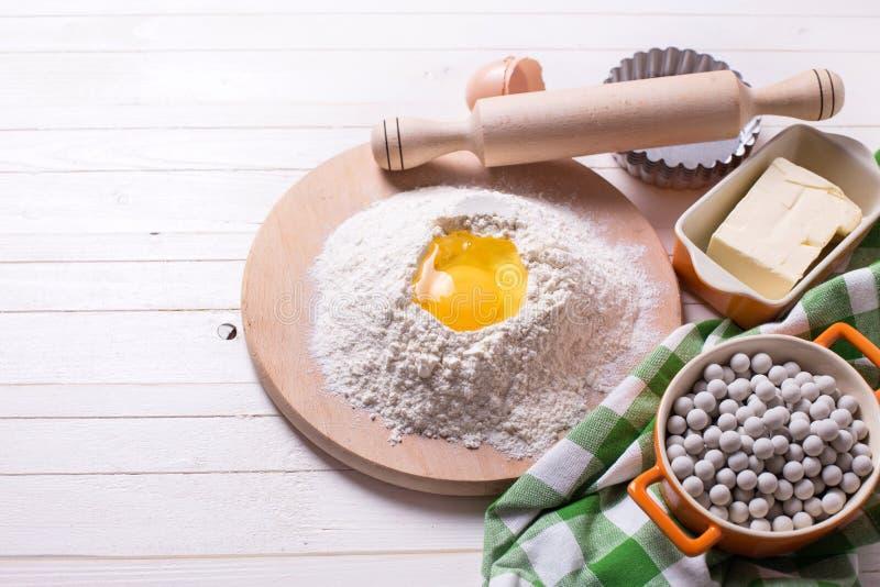 Ingredientes e utensílio para a massa imagem de stock royalty free