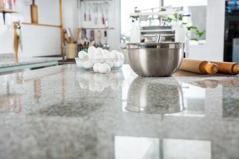 Ingredientes en la encimera de mármol en anuncio publicitario foto de archivo libre de regalías