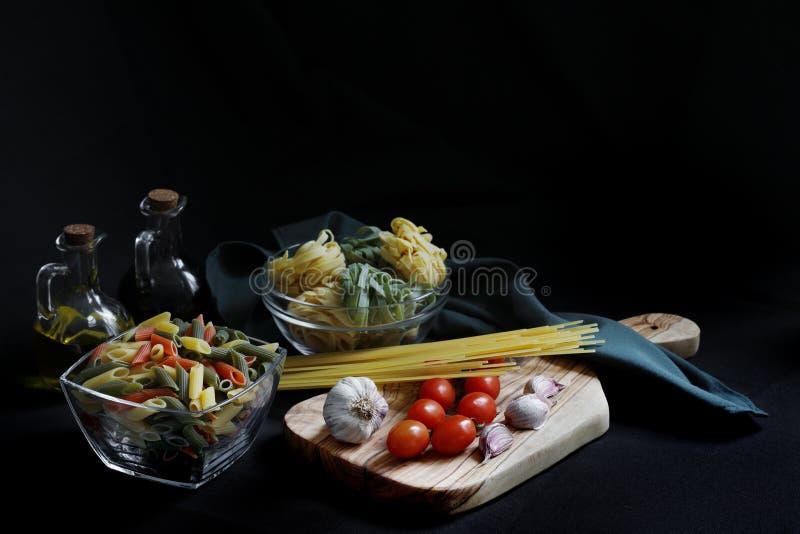 Ingredientes escuros da massa do alimento do claro-escuro fotografia de stock