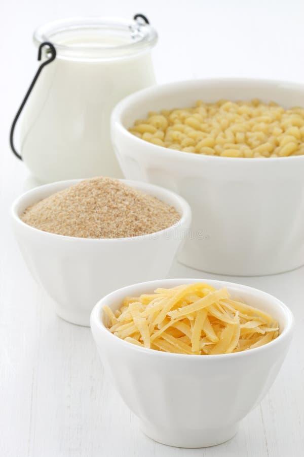 Ingredientes finos de los macarrones con queso imagen de archivo
