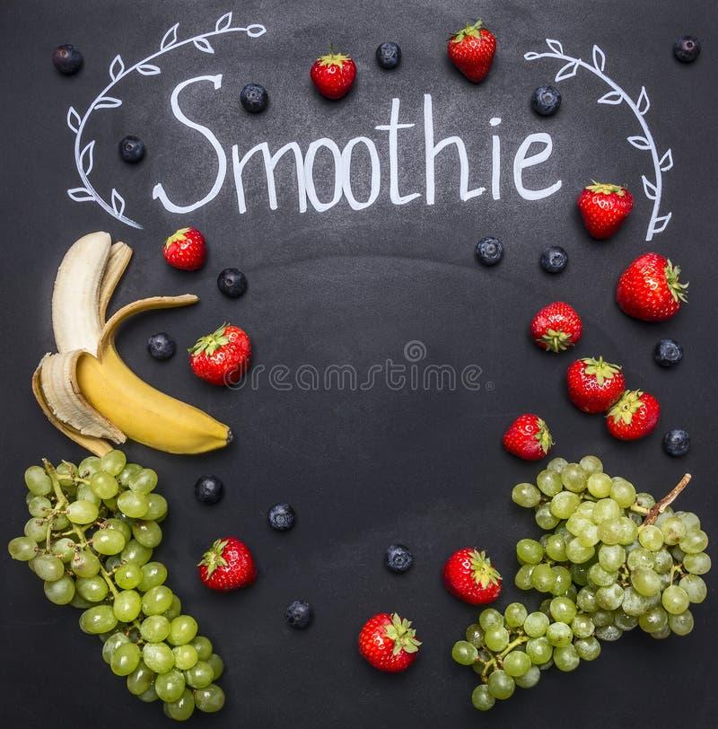 Ingredientes fondo de madera blanco, visión superior, frontera del Smoothie Superfoods y salud o fresas del concepto de la comida imagen de archivo