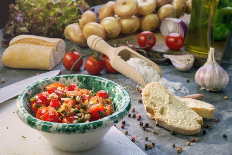 Ingredientes frescos con la salsa de tomate para el bruschetta fotos de archivo libres de regalías