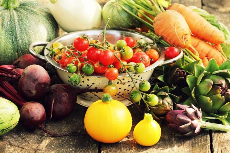 Ingredientes frescos de la verdura cruda para cocinar sano o ensalada que hace en la tabla rústica, espacio de la copia Dieta o v imagenes de archivo