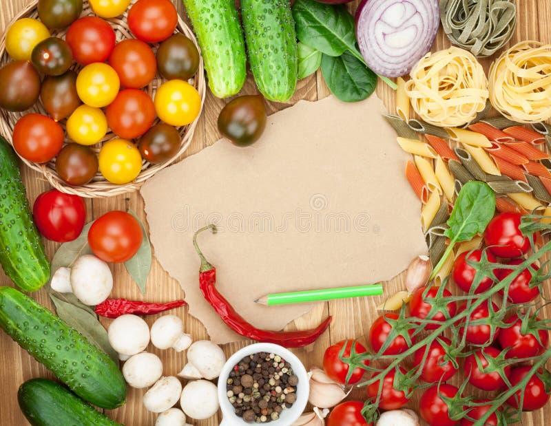 Ingredientes frescos para cozinhar: massa, tomate, pepino, cogumelo imagem de stock