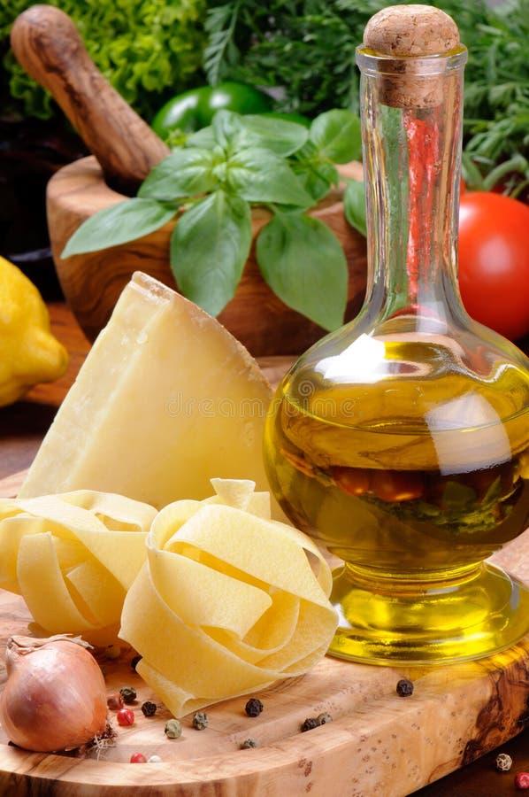 Ingredientes frescos para a culinária italiana tradicional foto de stock royalty free