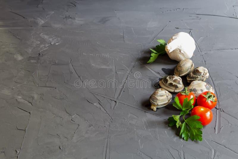 Ingredientes frescos para el vongole con el copia-espacio - tomates, perejil y ajo fotos de archivo
