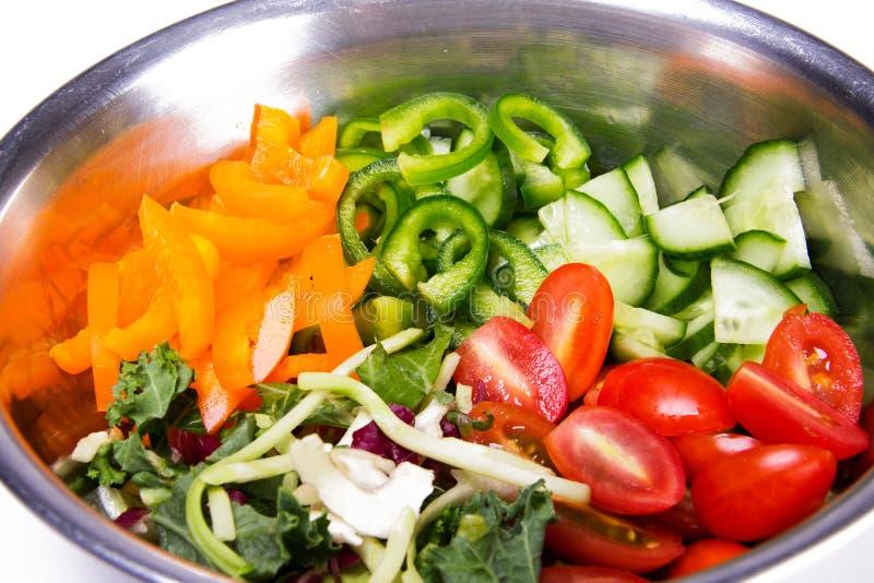 Ingredientes frescos, saudáveis, orgânicos para fazer a salada vegetal Pimentas dos tomates, dos pepinos, as verdes e as amarelas imagens de stock