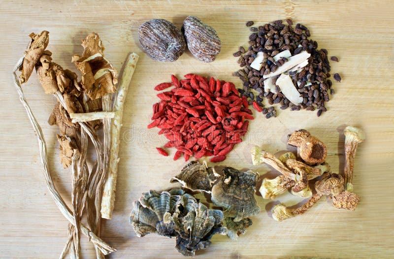 Ingredientes herbarios chinos de la sopa fotos de archivo