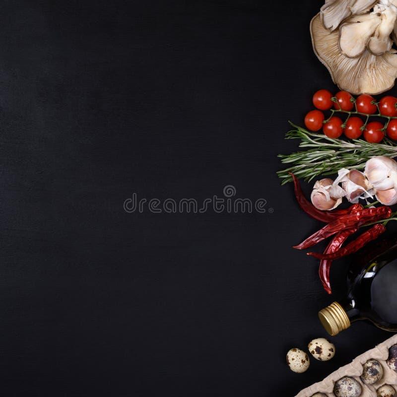 Ingredientes italianos de la cocina en fondo oscuro Comida vegetariana, salud o concepto el cocinar Visión superior y espacio par imagenes de archivo