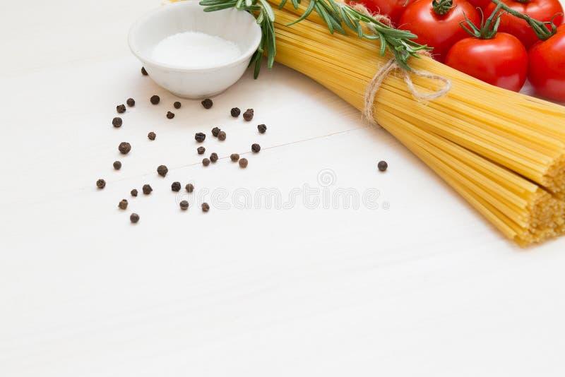 Ingredientes italianos de las pastas en la tabla de madera blanca, macro imagen de archivo libre de regalías