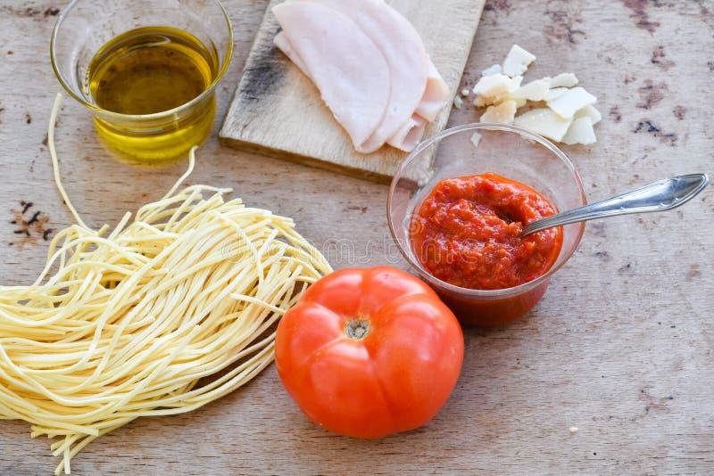 Ingredientes italianos del espagueti fotos de archivo