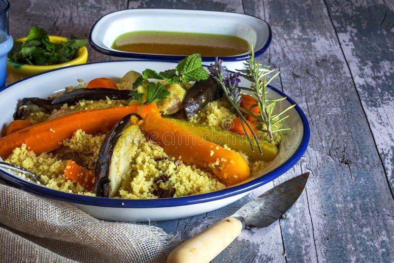 Ingredientes marroquinos tradicionais do cuscuz fotografia de stock