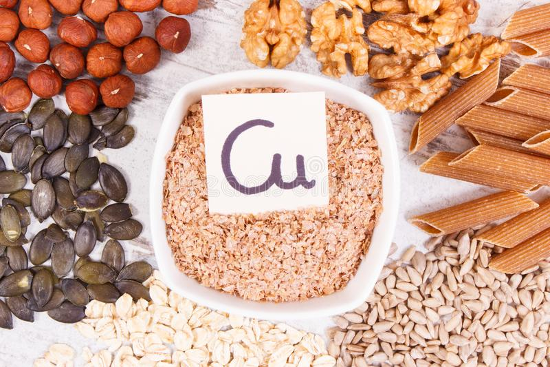 Ingredientes naturais como o cobre da fonte, os minerais e a fibra dietética fotografia de stock