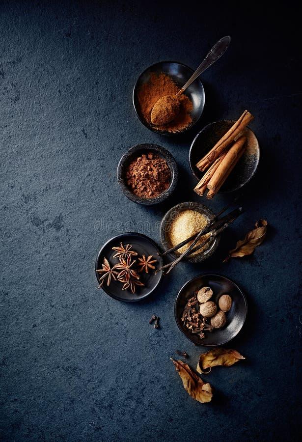 Ingredientes naturais do cozimento no fundo de pedra preto imagem de stock royalty free
