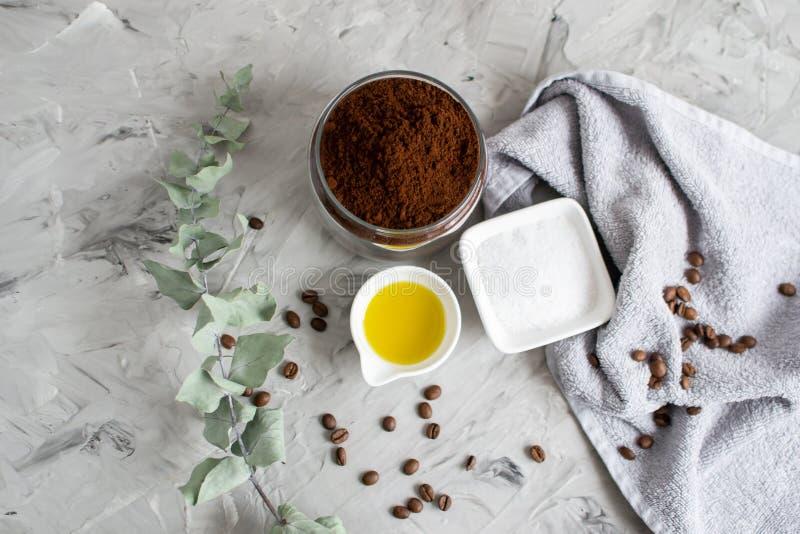 Ingredientes naturais para o café caseiro Sugar Salt Scrub Oil do chocolate do corpo foto de stock